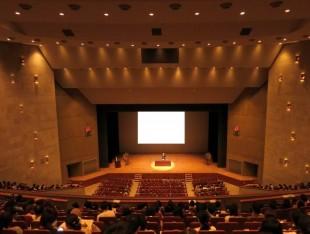 講演やスピーチ、プレゼンテーションの機会が多いが、大勢の人を惹きつける話し方をマスターしたおのイメージ